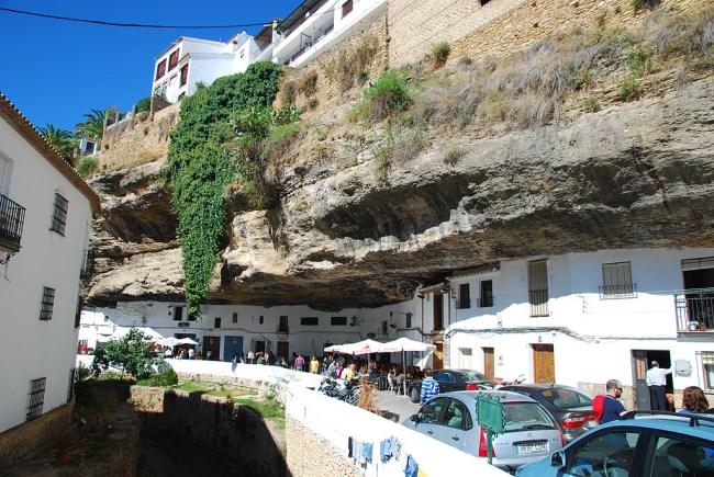 Setenil de las Bodegas, un bello pueblo resguardado por rocas