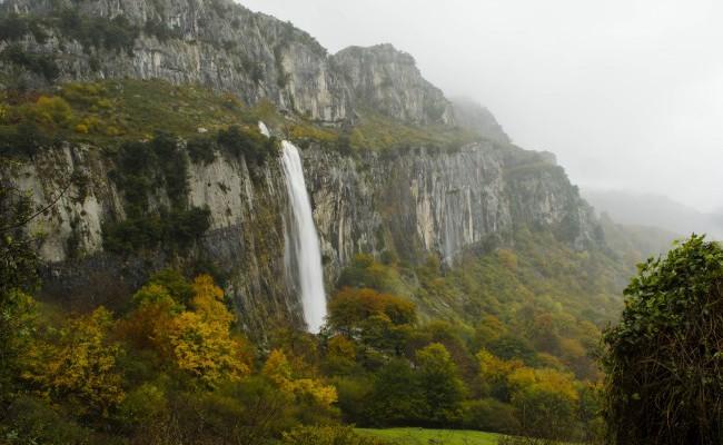 Nacimiento del río Asón Cascada Cantabria