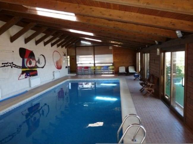 Casas rurales con piscina climatizada un relajante ba o - Casa rural piscina interior ...