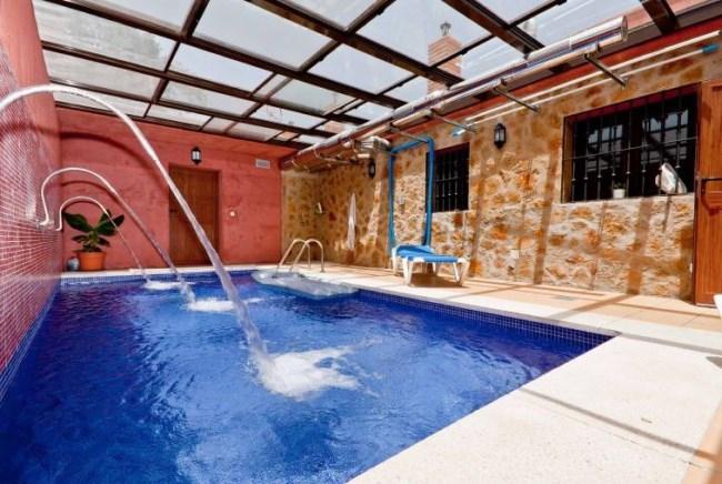 Casas rurales con piscina climatizada un relajante ba o for Casas rurales alicante con piscina