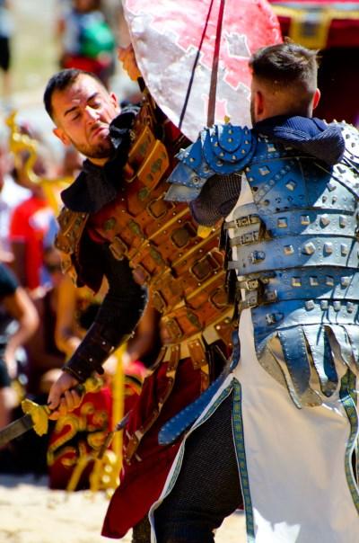 caballeros medievales luchando